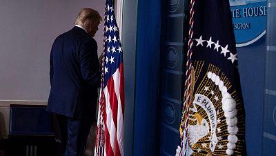 Donald Trump abandona la sala de prensa de la Casa Blanca
