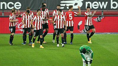 El defensa del Athletic de Bilbao Ander Capa (d) celebra el segundo gol ante el Real Betis.
