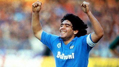 Diego Armando Maradona celebra un gol con el Nápoles