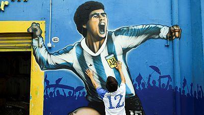 Un seguidor frente a un mural en homenaje a Maradona