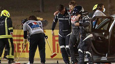 El francés Romain Grosjean es ayudado a salir del lugar de su accidente en el pasado GP de Baréin.