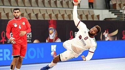 El jugador de la selección de balonmano de Portugal Victor Iturriza lanza de forma acrobática ante Argelia