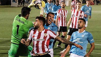 El portero del Ibiza Germán Parreño (i) bloca un balón durante el encuentro de dieciseisavos de final de la Copa del Rey.
