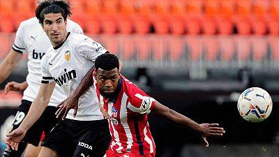 El centrocampista del Atlético de Madrid Thomas Lemar (dcha.) y el del Valencia Carlos Soler, durante el partido de la primera vuelta en Mestalla