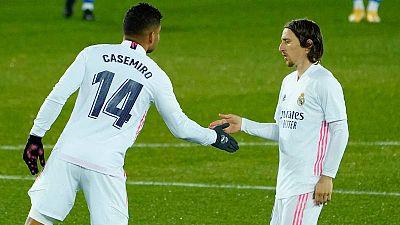 Casemiro y Luka Modric, en el campo del Alavés