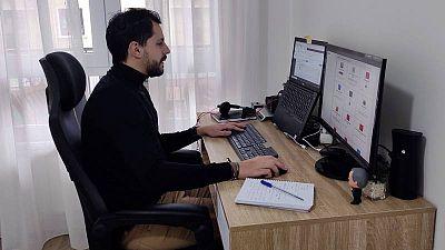 Un empleado teletrabaja desde su casa en Zamora