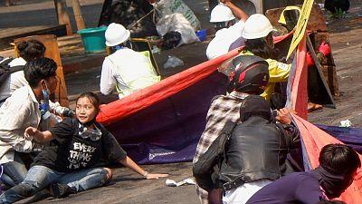 Varios manifestantes, entre ellos la joven Kyal Sin, se tiran al suelo después de que la Policía abriera fuego en una protesta contra el golpe en Mandalay, Birmania