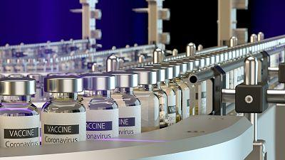 Vacunas COVID-19 en una cadena de fabricación