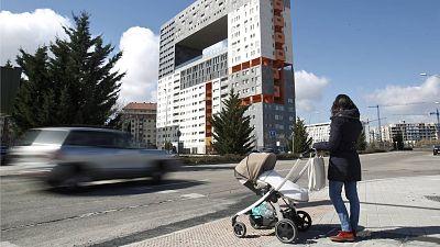Una mujer pasea en el barrio de Sanchinarro, en el norte de Madrid