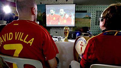 Dos espectadores españoles observan un partido en la última Eurocopa