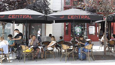 Turistas y locales este sábado en las terrazas del centro de Madrid durante el fin de semana