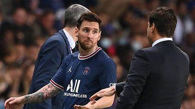 Leo Messi hace un gesto de extrañeza ante Mauricio Pochettino tras ser sustituido ante el Olympique de Lyon.