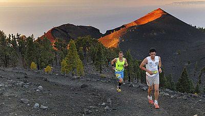 La carrera de montaña Transvulcania 2013, con el ganador de la ultramaratón Kilian Jornet en primer término (derecha)