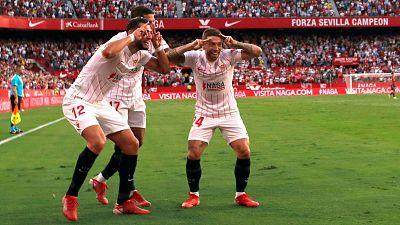 """Los jugadores del Sevilla, (i-d) Rafa Mir y los argentinos Erik Lamela y Alejandro Darío """"Papu"""" Gómez, celebran el tercer gol del equipo sevillista ante el Valencia"""