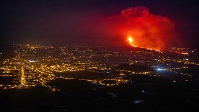 Imagen nocturnadel Valle de Aridane, en La Palma, con el volcán en erupción al fondo.