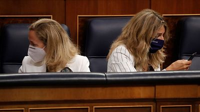 La vicepresidenta y ministra de Economía, Nadia Calviño, a la izquierda, junto con la vicepresidenta segunda y ministra de Trabajo, Yolanda Díaz