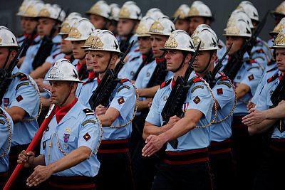 رجال الاطفاء الفرنسيين في موكب الشانزليزيه. (رويترز) باسكال روسينول