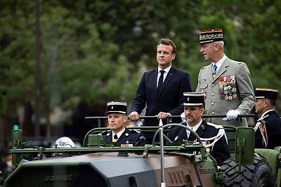 رئيس فرنسا ، إيمانويل ماكرون ، يشارك في مركبة Acmat VLRA مع الجنرال فرانسوا ليكوينتر. AFP إليوت بلوندي