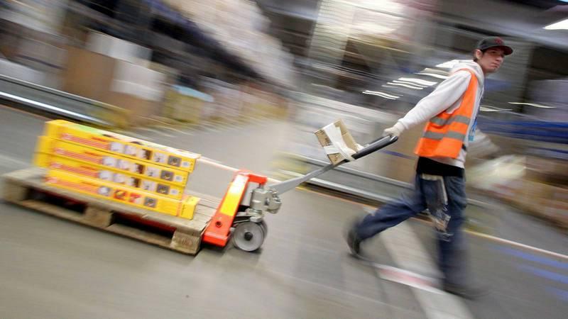 Un trabajador tira de carretilla.