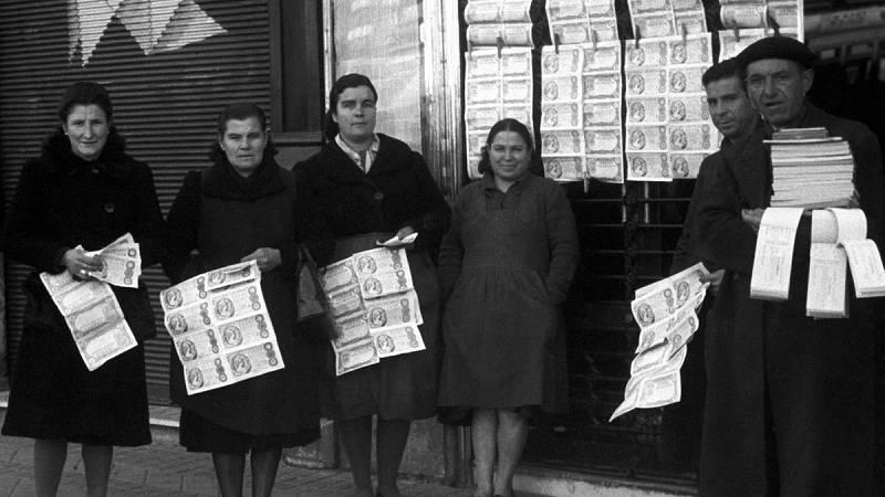 """Varios vendedores de lotería en la puerta de la administración """"La Pajarita"""" de Madrid en 1945"""
