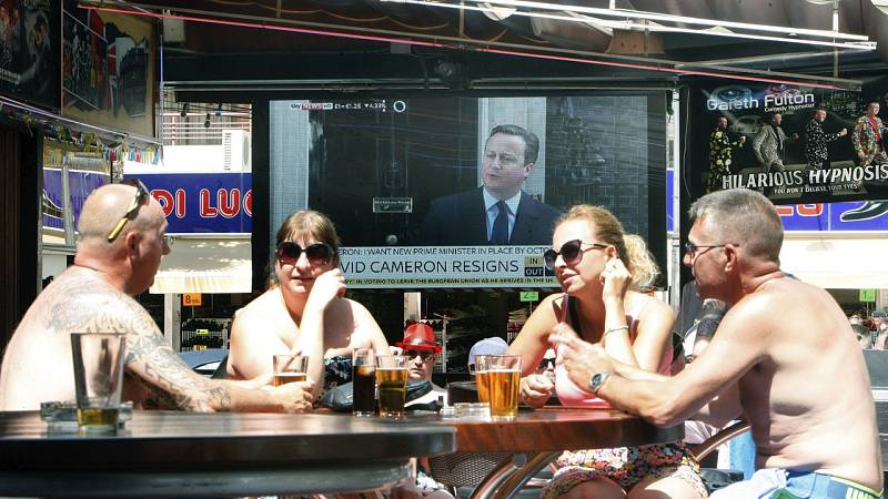 Un grupo de ingleses reaccionan a la dimisión de Cameron en Benidorm