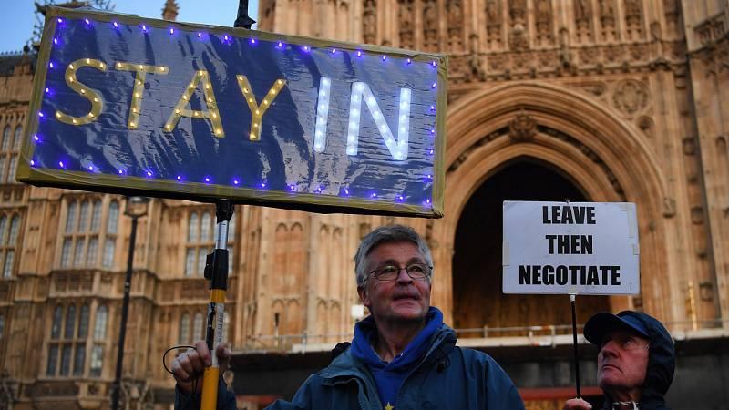 Un detractor y un partidario del 'Brexit' se manifiestan frente al Parlamento británico en octubre