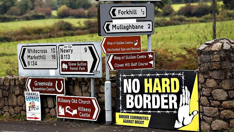 """Un cruce de carreteras en Irlanda del Norte, donde destaca el cartel que pide: """"No a una frontera dura"""""""