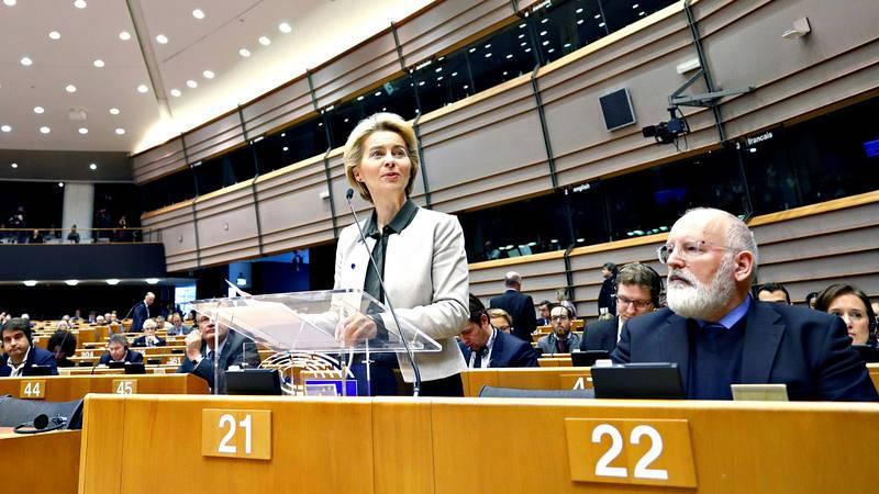 La presidenta de la Comisión Europea, Ursula von der Leyen, presenta en el Parlamento Europeo su 'Plan Verde' junto al vicepresidente, Frans Timmermans