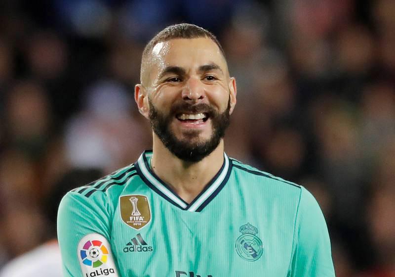 Benzema sonríe durante el partido ante el Valencia