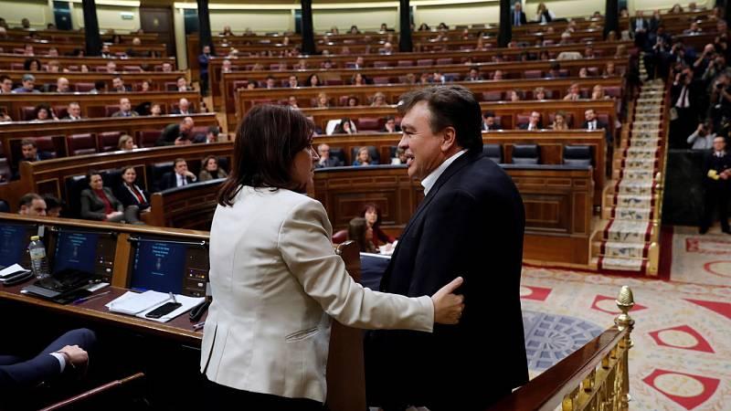 El diputado de Teruel Existe, Tomás Guitarte, saluda a la portavoz del PSOE, Adriana Lastra, tras su intervención ante el pleno del Congreso de los Diputados