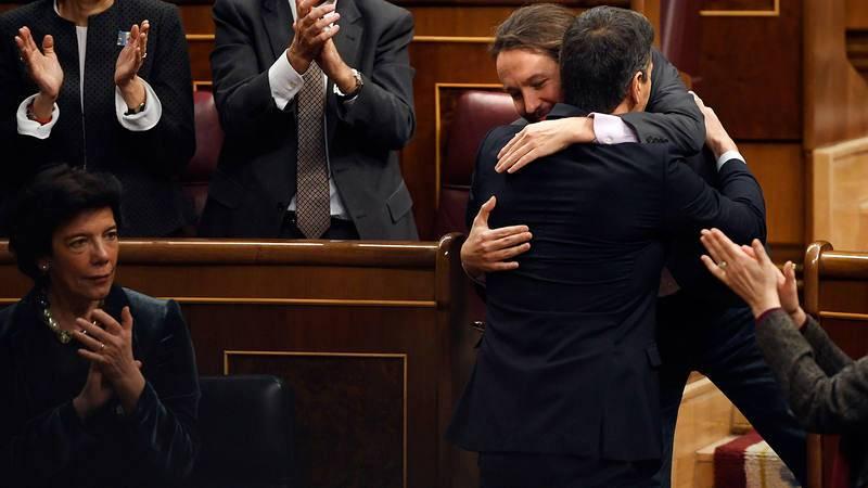Pedro Sánchez y Pablo Iglesias se abrazan en el primer día del debate de investidura, el 4 de enero.