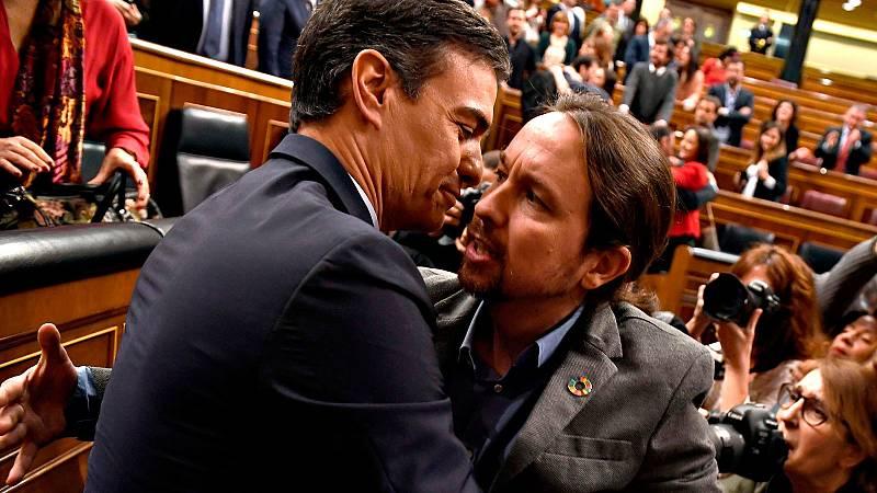 Pedro Sánchez y Pablo Iglesias se abrazan en el Congreso tras la investidura que les permitirá gobernar en coalición
