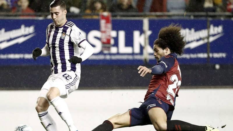 El delantero del Real Valladolid Sergio Guardiola (i) intenta superar a Aridane Hernández, de Osasuna.