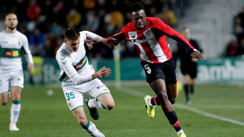 El delantero español del Athletic Club de Bilbao IñakI Williams (d) pelea un balón con el Nacho Pastor, defensa español del Elche CF, este miércoles, en el partido de Copa del Rey