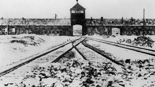 La entrada al campo principal de Auschwitz, tras la huida de los guardianes nazis