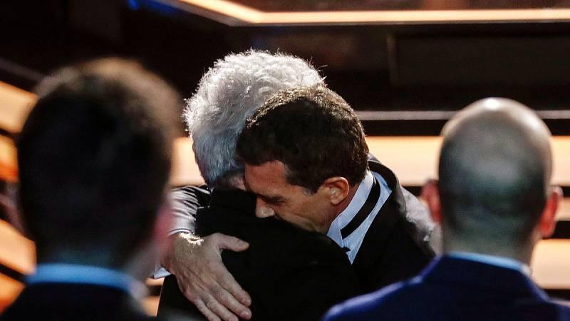 Pedro Almodóvar y Antonio Banderas se abrazan durante la gala de los Premios Goya.