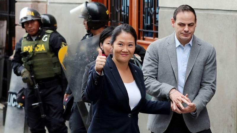 La hija del exmandatario Alberto Fujimori, acompañada por su marido, Mark Vito, a su llegada a los juzgados.
