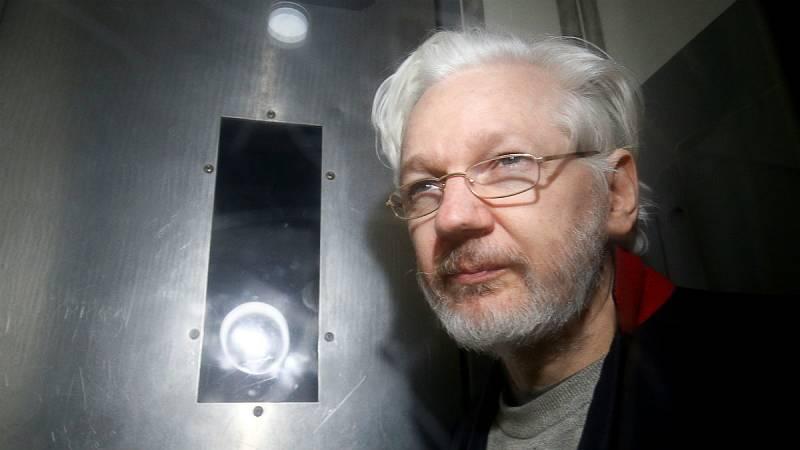 El fundador de WikiLeaks, Julian Assange, deja la Corte de Westminster en esta imagen de archivo del 13 de enero de 2020.