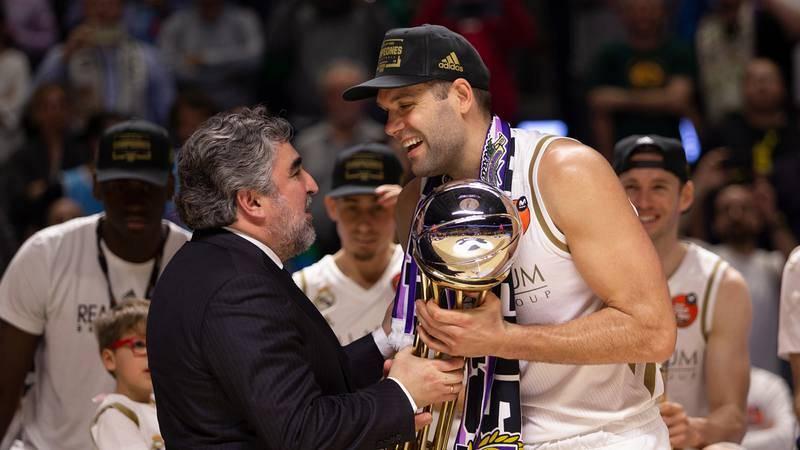 Felipe Reyes recibe el trofeo de la Copa del Rey 2020.