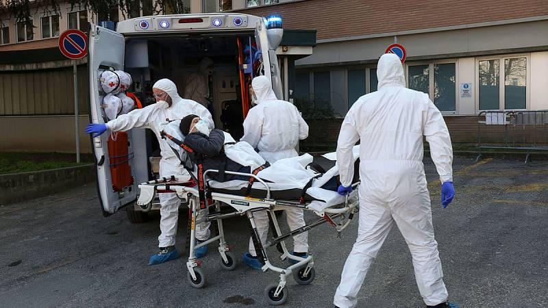 Los equipos sanitarios italianos trasladan a un posible enfermo de coronavirus en Padua