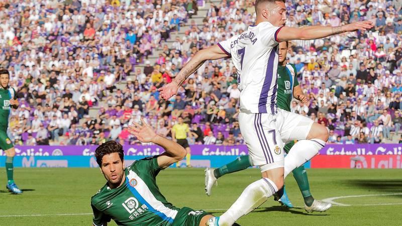El jugador del RCD Espanyol Cabrera pelea por el balón con el jugador del Real Valladolid Guardiola.