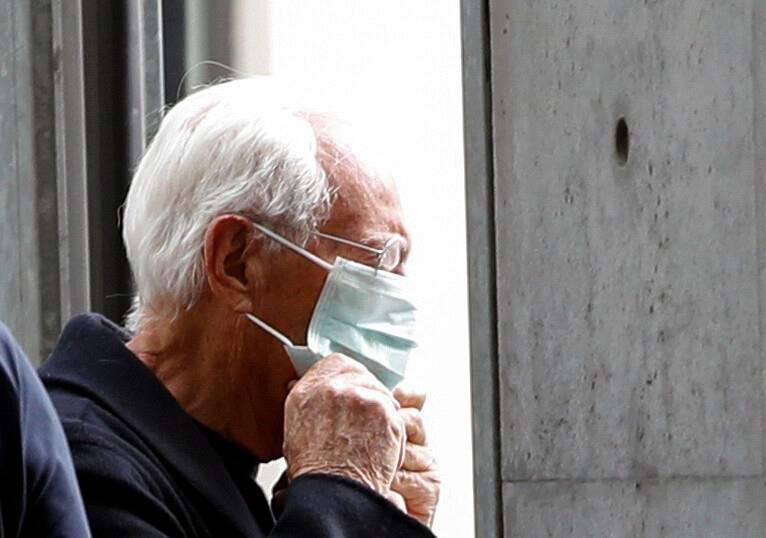 Giorgio Armani se coloca la mascarilla