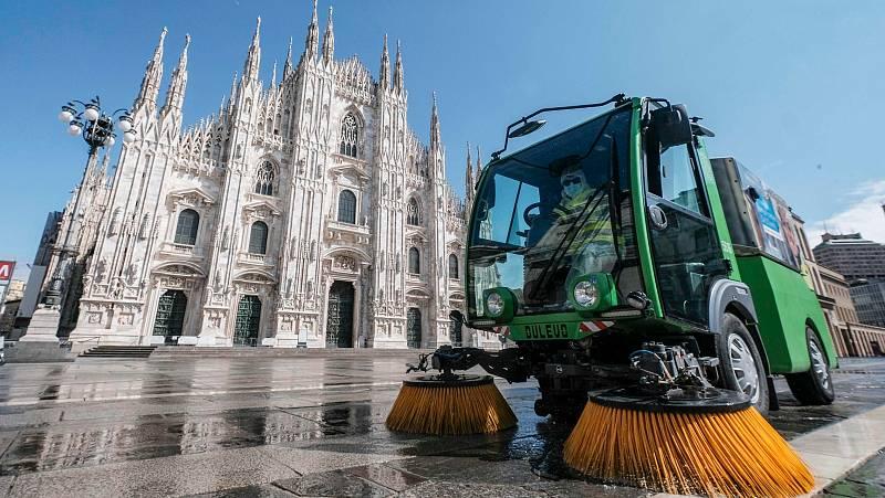 Coronavirus en Italia: Sanitarios desinfectan la plaza del Duomo en Milán.