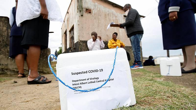 Sanitarios haciendo análisis del Covid-19 puerta a puerta en Suráfrica