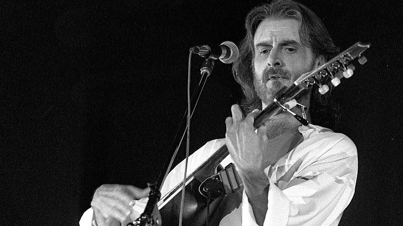 Luis Eduardo Aute, durante un concierto en Madrid a finales de los ochenta.