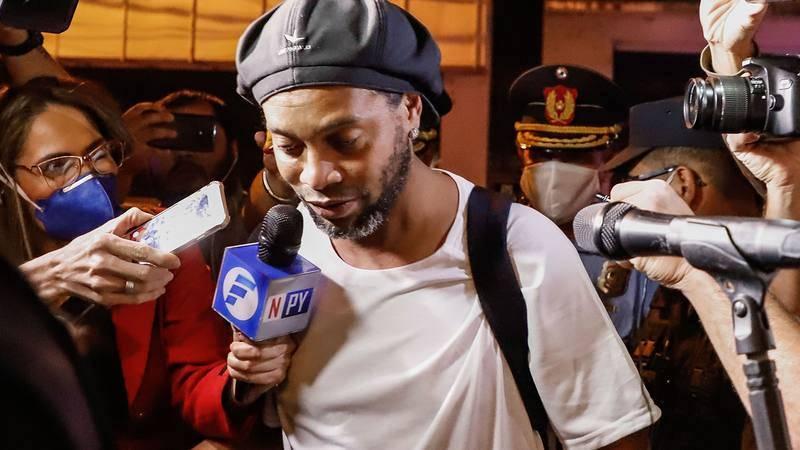 Ronaldinho ingresa en hotel de Asunción para cumplir arresto domiciliario.