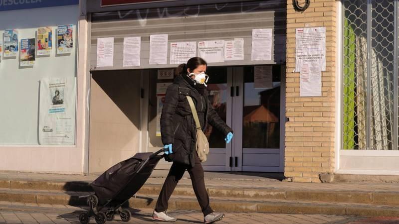 Una mujer pasa ante una oficina de empleo en Madrid