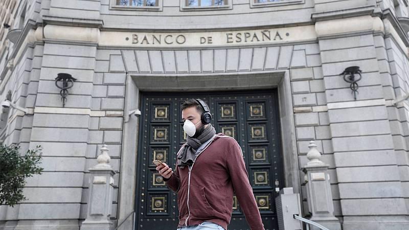 Un hombre con mascarilla junto a la sede del Banco de España en Madrid