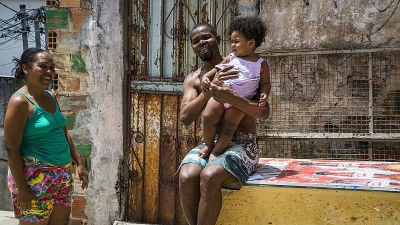 Familia en un barrio de Brasil.