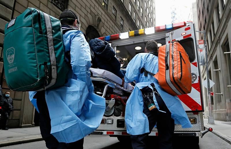 Un equipo paramédico translada a un paciente en Nueva York